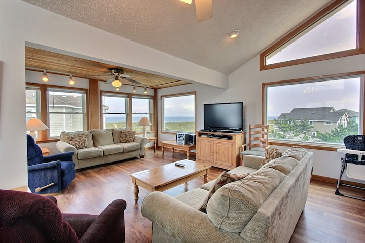 Dog-friendly house w/ shared pool, private W/D, AC, ocean view