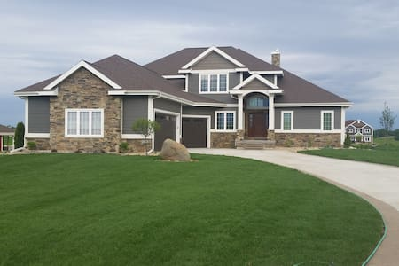 Executive Home Available for select 2017 Dates. - Sun Prairie - 独立屋