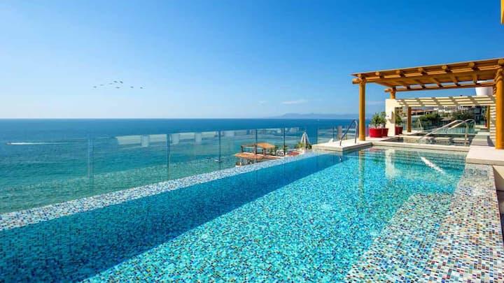 V177 Luxury Studio. Rooftop Pool. Steps to Beach!!