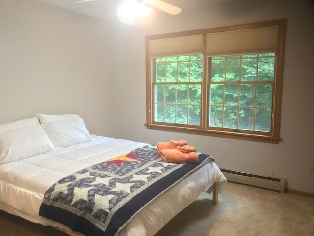 Leslie's Bright Lodge-Style Home: Spruce Room