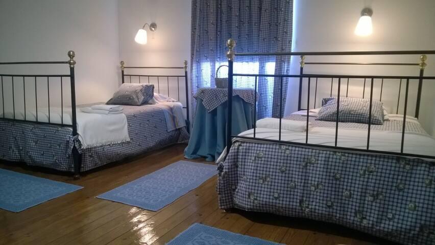 Quarto das crianças - Grande, com duas camas individuais.