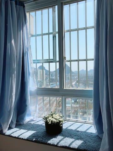 桂林站后面/蓝色浪漫温馨观景大床房独立单间/交通便利/步行到象鼻山日月双塔东西巷/交通便利