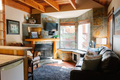 Rustic cozy hideaway - Creekside base / 1BR+loft