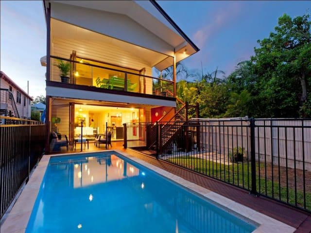 8 bedroom 4 bath Queenslander with Pool 3km to CBD