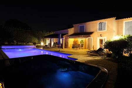 Grande villa avec piscine chauffée - Saint-Saturnin-lès-Avignon - Villa