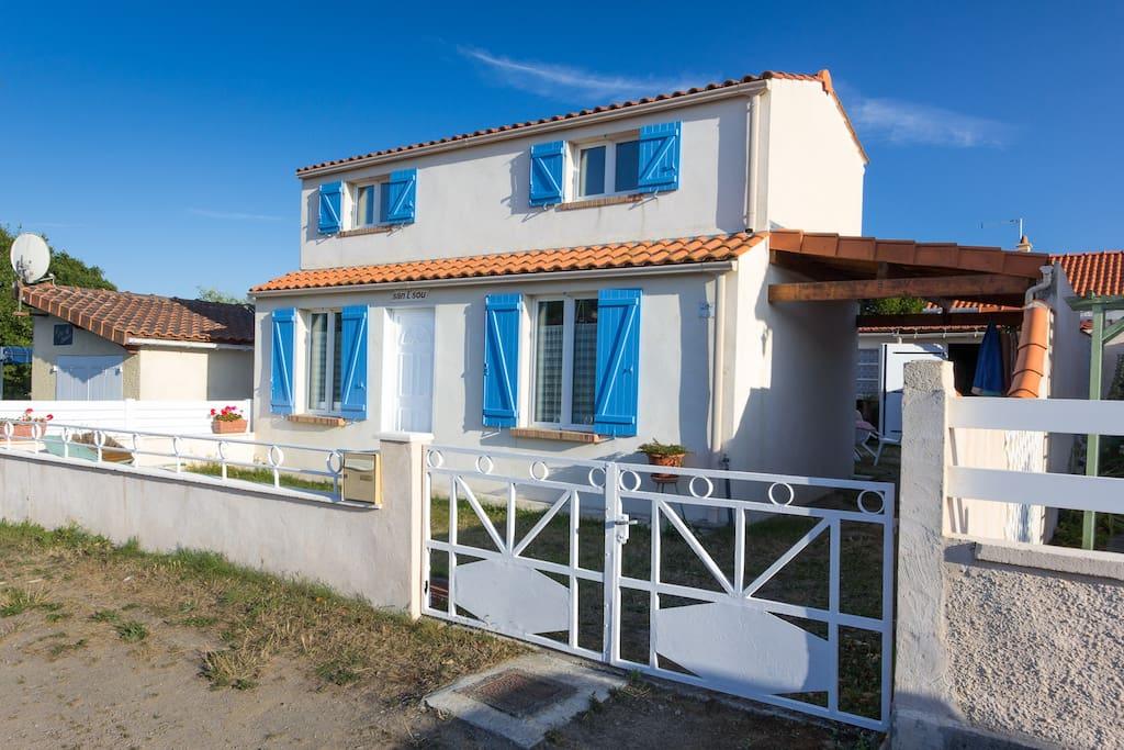 maison de bord de mer 300m plage houses for rent in la. Black Bedroom Furniture Sets. Home Design Ideas