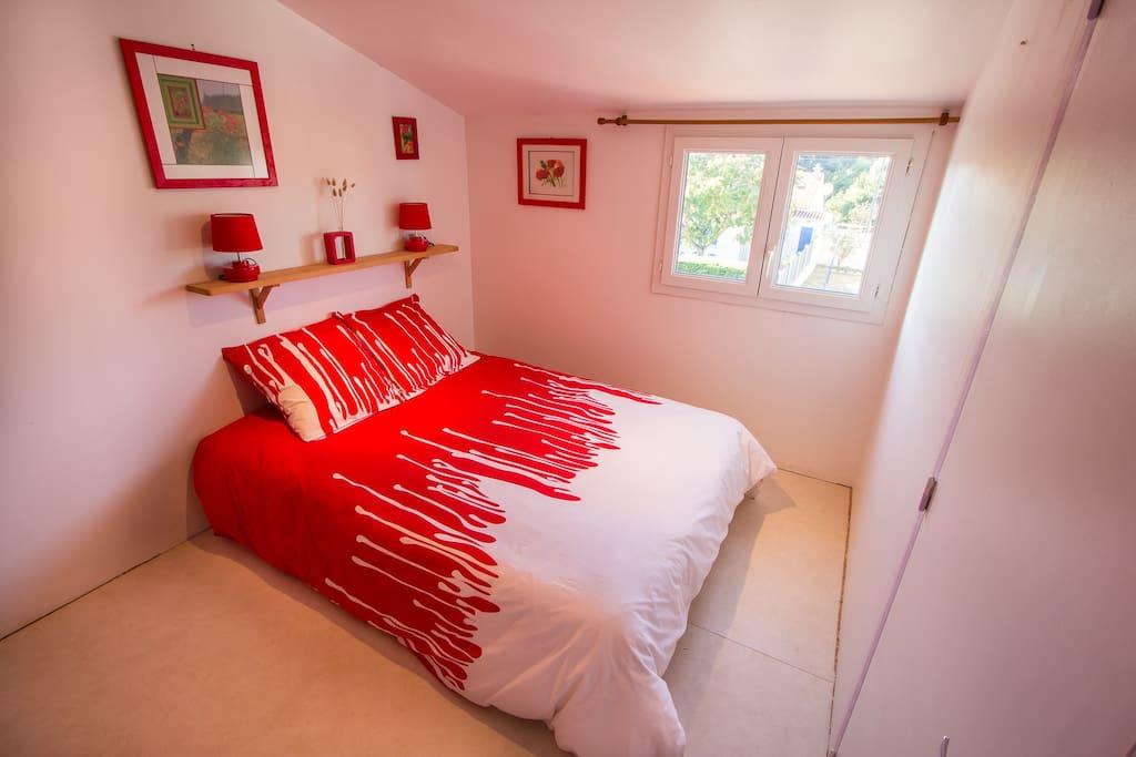 Chambre avec un lit double.