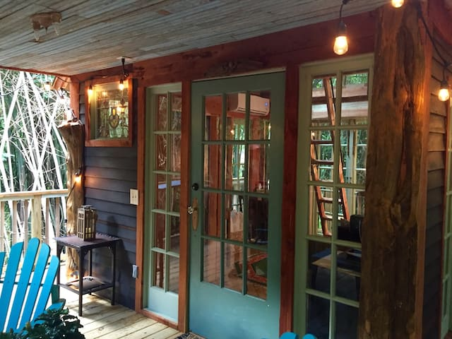 Beautiful large porch with view of bamboo forest. We have cedar trees on the corners of the treehouse.