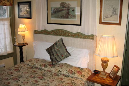 The Library, weekends July & August - Put-in-Bay - Bed & Breakfast