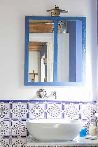 Particolare bagno camera Blu