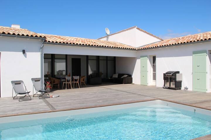 Une belle maison avec piscine pr s de la plage houses for Camping moustiers sainte marie avec piscine