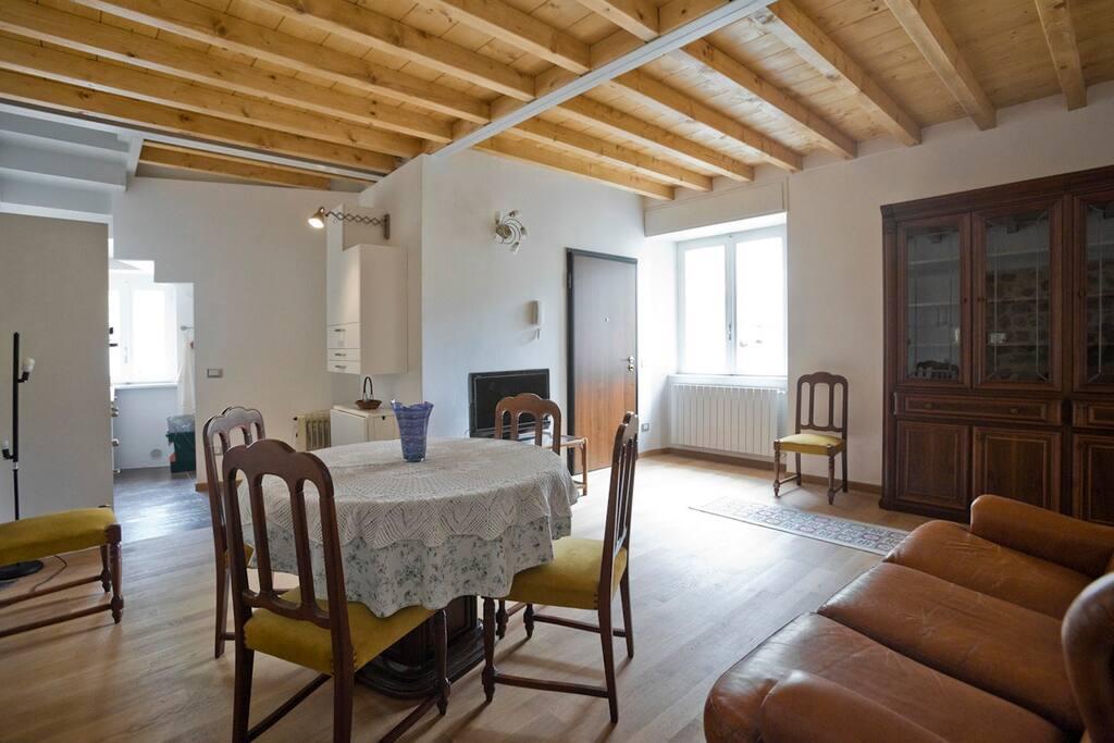 Soggiorno e angolo cucina Living room and kitchen