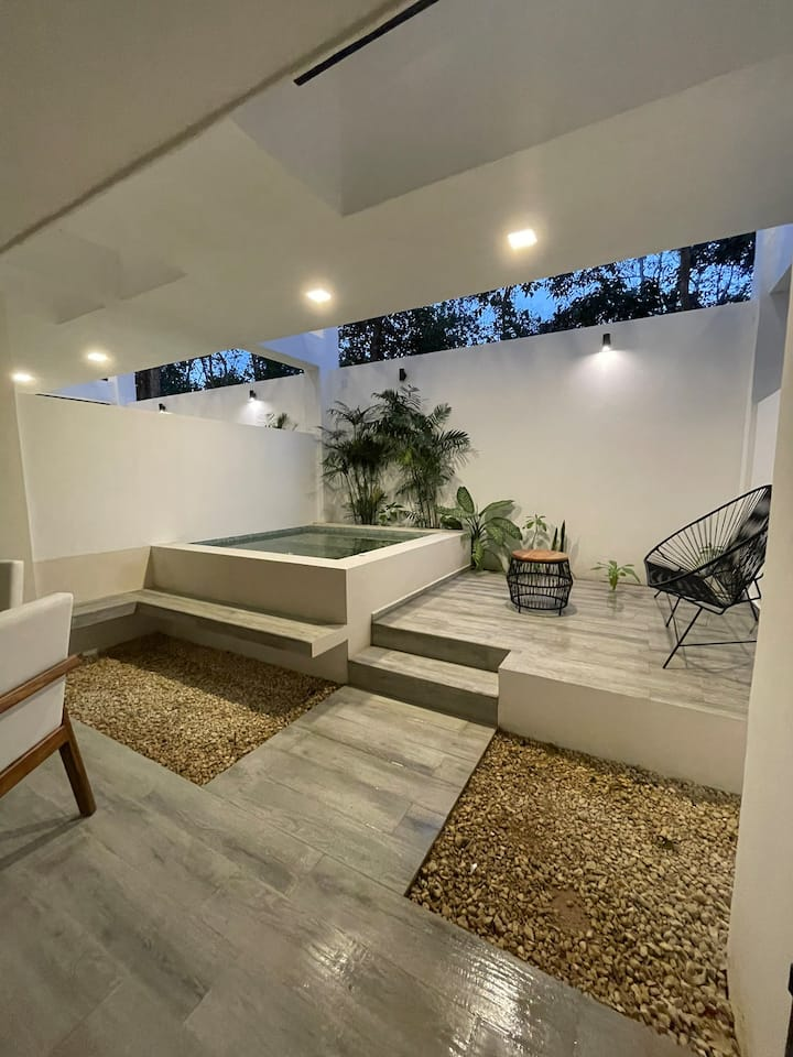 Intimate apartment w/ Plunge Pool • Moots 105