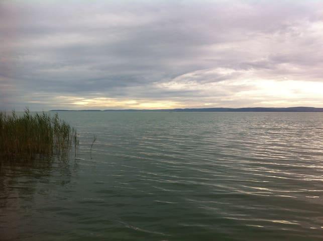 Aliga szabadstrandhoz közel - Balatonvilágos - บ้าน