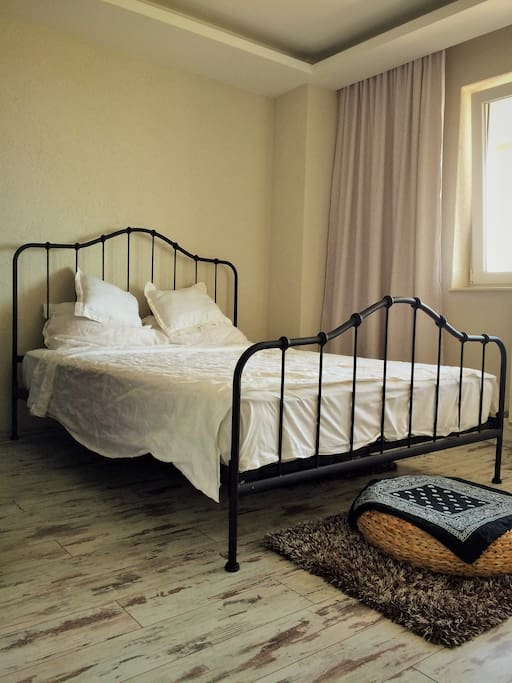 Romantic Bedroom with a comfortable Queen size bed with big windows for a fresh morning!