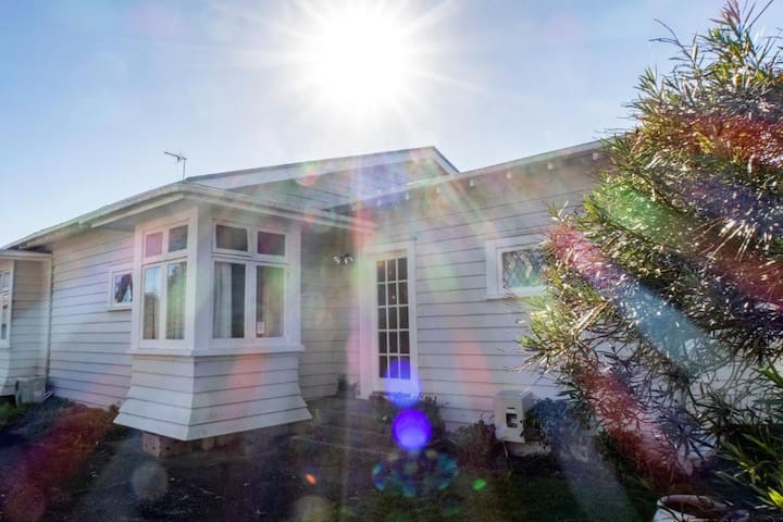 14 Dignan St - Serviced 5 Bedrooms House