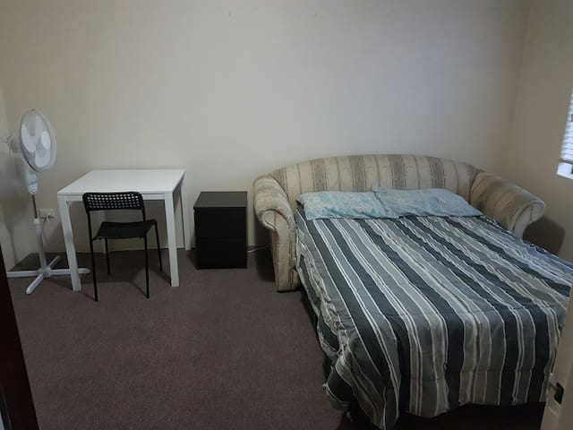 MASTER LARGE bedroom - Belmore - Pis