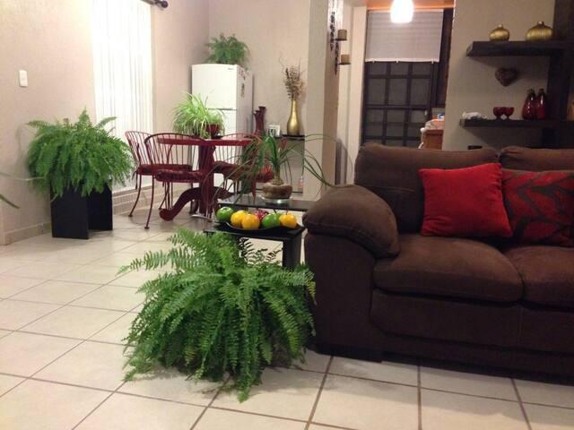 Habitación privada , en casa linda cómoda y segura