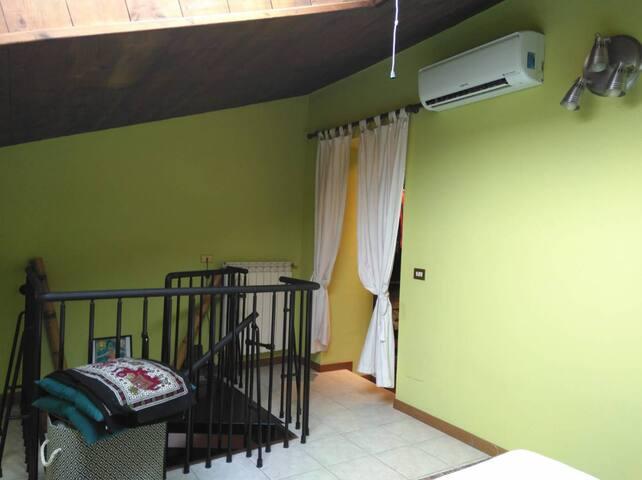 Scala a chiocciola che accede al piano superiore, con camera e cabina armadio.