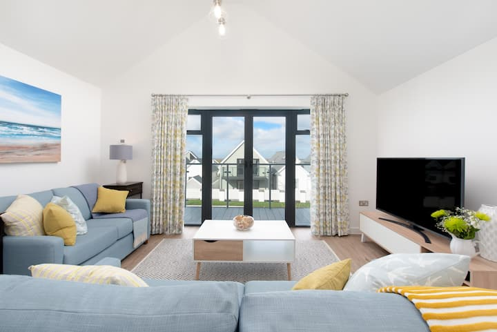 Seaglass cottage, close to the beach with hot tub
