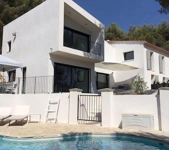 Villa avec piscine dans une pinède - Ventabren - Talo