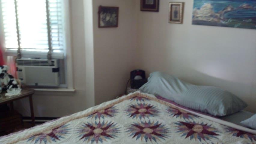King size bed, very comfortable, Black Beautyrest http://www.beautyrest.com/products/black/?gclid=CjwKEAjwrpGuBRCkqeXpn-rt5hsSJAC9rxrPNyOOxquNO5pNkNCJPzPJiUANEDMoJcnFSqz86npW6RoCbzzw_wcB