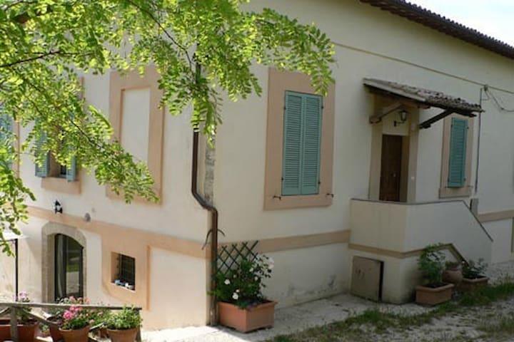 Spoleto, villa d'epoca con giardino - Spoleto - Huis
