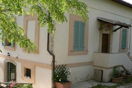 Spoleto, villa d'epoca con giardino - Spoleto - Haus