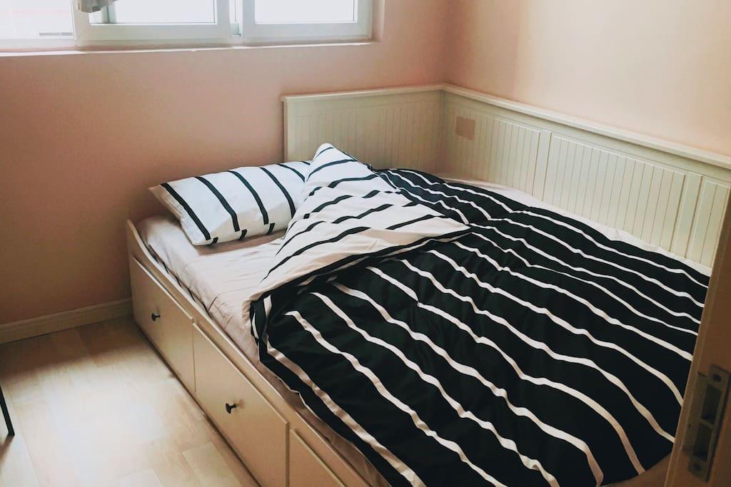 我们的床、床垫、被单均购买自宜家。希望供给您舒适的睡眠体验(您需要了解的是我们的房间较小,您几乎只能使用它睡觉。我们建议您在公共区域如客厅等地方活动)