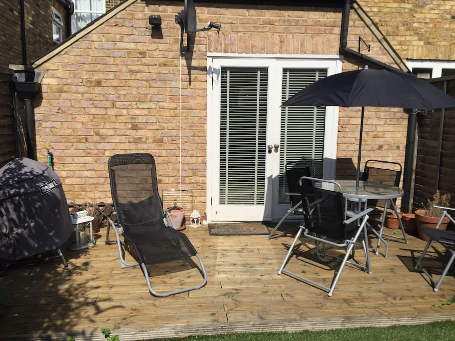 Garden with BBQ and patio set
