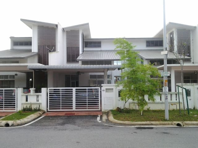SuperLink house near F1 & KLIA