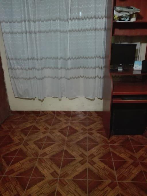 Acogedora habitacion con muebles para hacer trabajos con Internet, piso de loseta.
