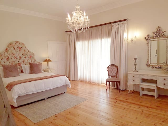 Herberg Manor Room 2