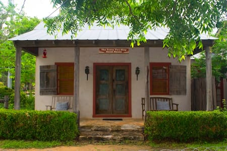 Texas Two-Step Guesthouse - Fredericksburg