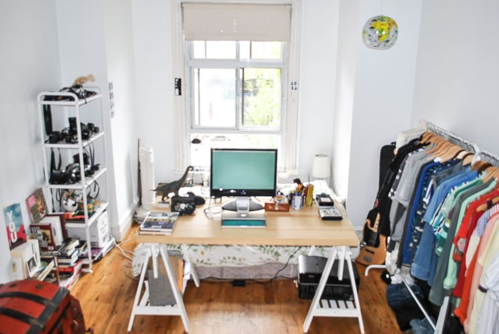 bureau, lit, rack vêtements