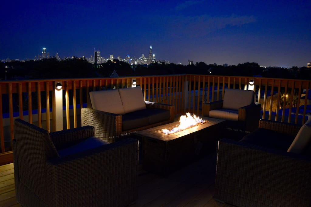 Enjoy fantastic skyline views of Chicago on the private roof deck. Make use of the fire pit on chilly nights.