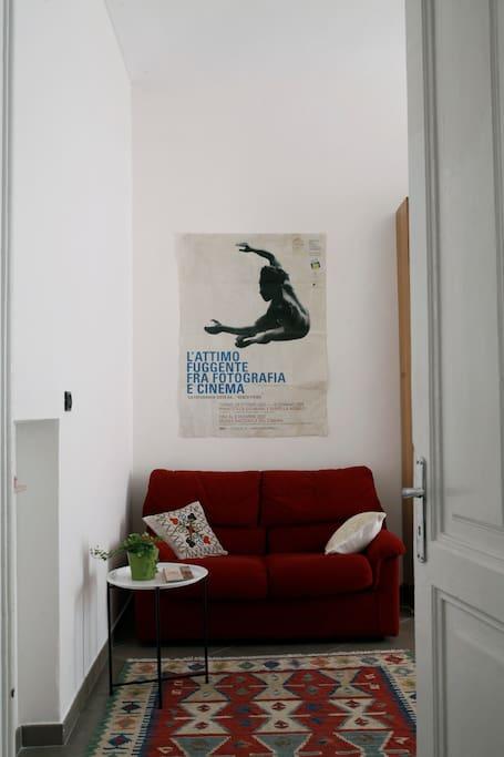 the entrance to the guest room_ l'ingresso alla camera per gli ospiti