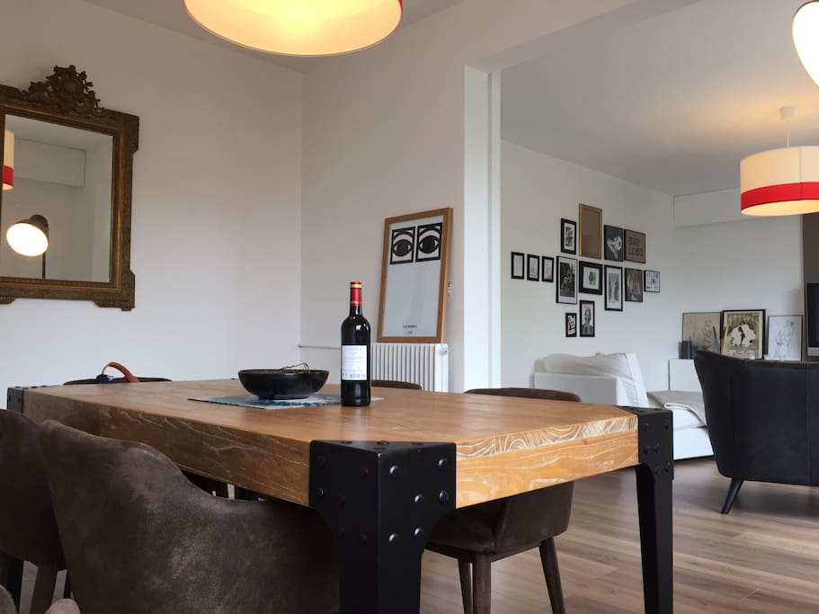 Vue de la salle à manger avec le salon au second plan.
