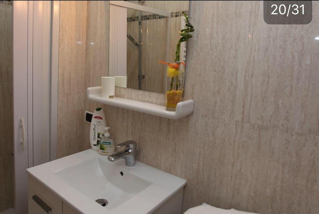 Bagno esclusivo per la camera con doccia, si trova a fianco alla camera.—Exclusive bathroom for the room with shower, located next to the room.