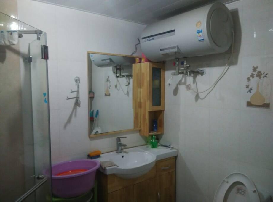 干湿分离的卫生间,淋浴房。