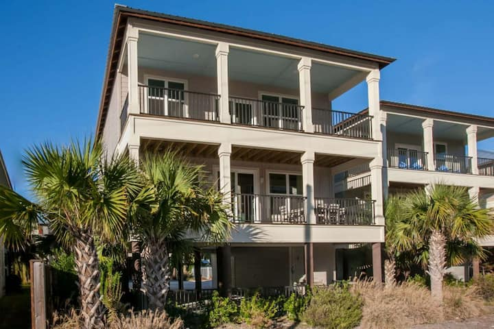 Across from Beach. Walk to Everything! 4 bed/4 bth