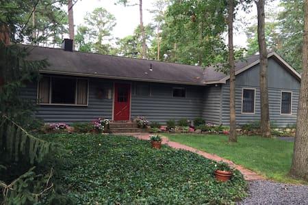 Charming home in lake community - Medford Lakes - Rumah