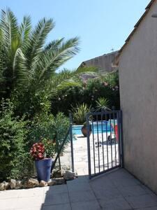 Villa avec piscine dans un village - Pégomas - Hus