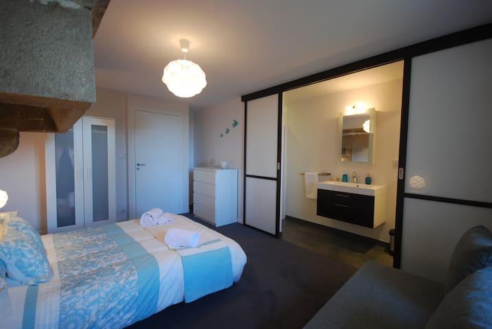 Double & sofabed, feature stone fire surround, hidden en-suite shower room