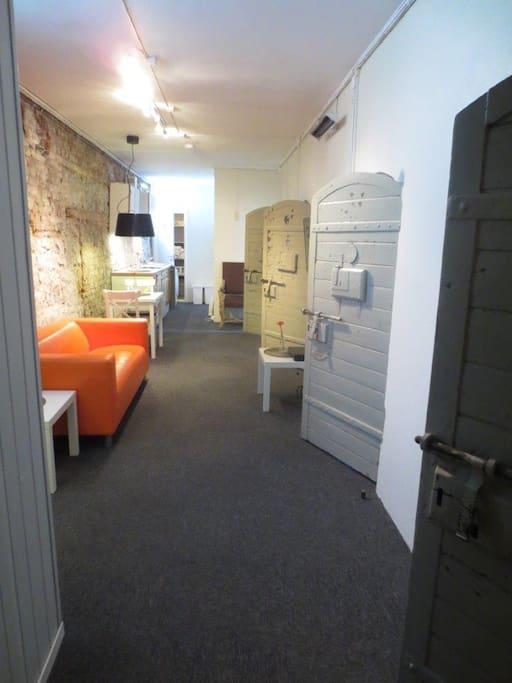 Allrom. Legg merke til de gamle celledørene inn til rommene.
