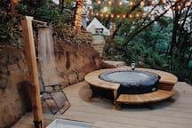 You can use the jacuzzi located at the end of the campsite, in the middle of the trees (Podrás usar el jacuzzi ubicado al final del sitio de campamento, en medio de los árboles)