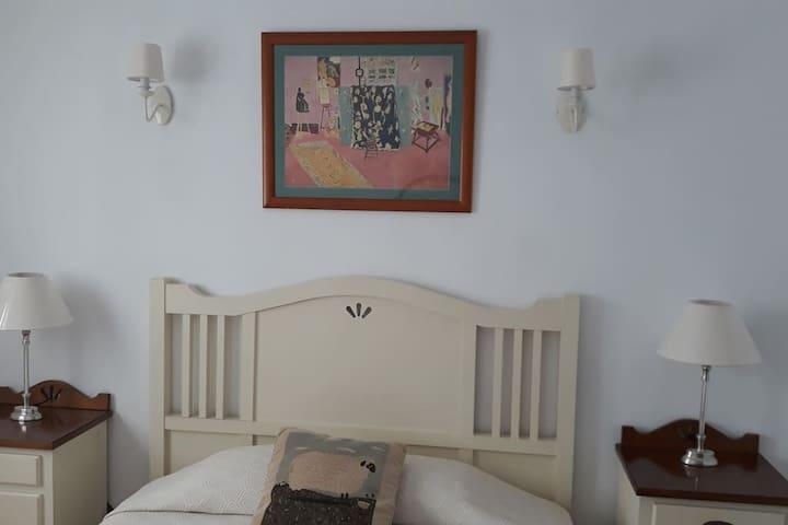 Habitación con cama de matrimonio. Zona centro.