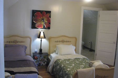 Large Master bedroom /private bath - Winthrop - House
