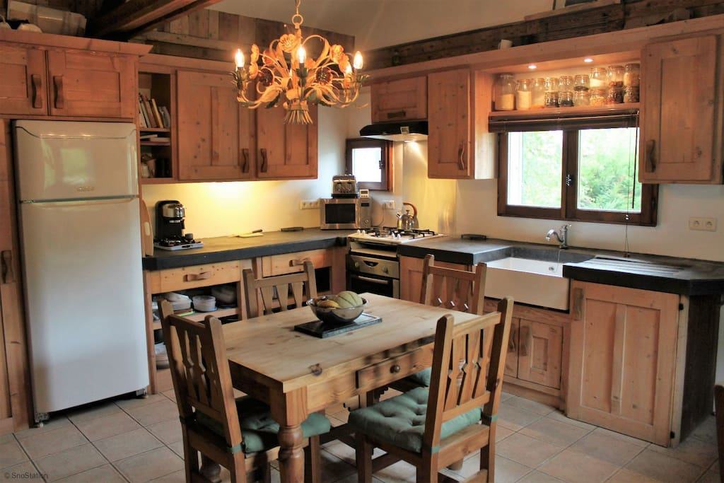 Fantastic fully fitted kitchen