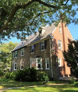 Colonial-1.5 miles from Pope's pad - Merion Station